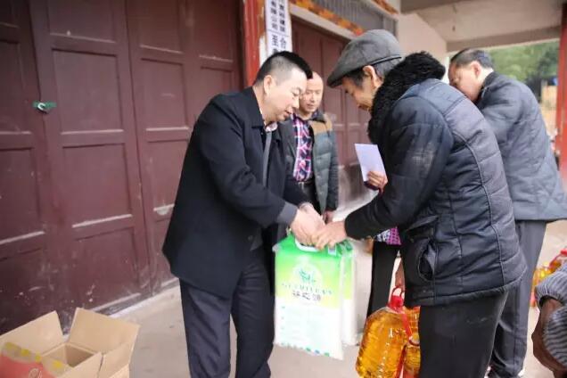 【资讯】betway必威官网登录betway必威官网登录公司到合江凤凰村对贫困户开展慰问活动