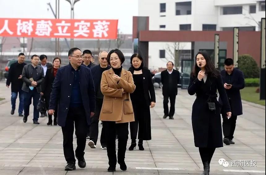 西南医科大学附属中医医院院长刘健率队调研西南医投集团